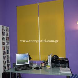 Κίτρινα μονόχρωμα ρόλλερ σε αντίθεση με το μώβ τοίχο.