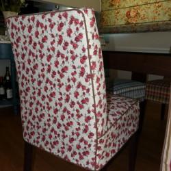 Κοντό κάλυμμα καρέκλας με λουλούδια.