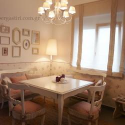 Ολοκληρωμένο project, με καλύμματα σε καρέκλες και καναπέδες, ταπετσαρία και ρομαν ημιδιάφανο χωρίς μπανέλες.