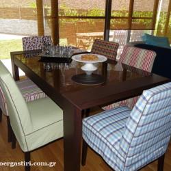 Σύνθεση καλυμμάτων καρέκλας, σε mix n match, με ρόλλερ bamboo στο βάθος.