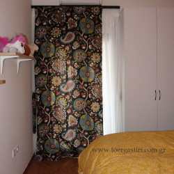 Εξαιρετικό εμπριμέ σχέδιο του οίκου Durallee, εδώ σε κουρτίνα κρεβατοκάμαρας.