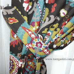 Λεπτομέρεια απλής δέστρας σε εμπριμέ κουρτίνα κρεβατοκάμαρας με υπέροχες αποχρώσεις.