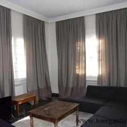 Κουρτίνες σαλονιού με φάσα στο κάτω μέρος και εσωτερικά ρόμαν σε παράθυρα στη Φιλοθέη.