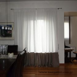 Κουρτίνα σαλονιού από λευκή διάφανη γάζα με χοντρό λινό στη φάσα στο κάτω μέρος. Εξαιρετική διαφορά υφής και διαπερατότητας για να μην χάνουμε τη θέα στο Καπανδρίτη!