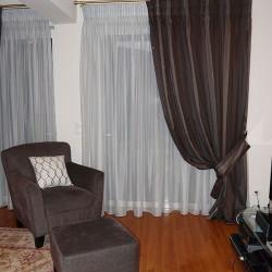 Κουρτίνα ριγέ με ασορτί πιάστρα και διακοσμητικά κεντημένα μαξιλαράκια