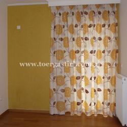 Κίτρινο καραβόπανο με τύπωμα κίτρινα λουλούδια με ασορτλλι κίτρινη ταπετσαρία στον τοίχο.