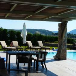 Κουρτίνες εξωτερικού χώρου σε πισίνα, για σκίαση καθιστικού και μαξιλάρια καθιστικού με ύφασμα εξωτερικού χώρου Kravet.