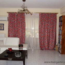 Επιβλητική κουρτίνα σαλονιού με κόκκινα λουλούδια σε γκρι φόντο. το focal point του χώρου.