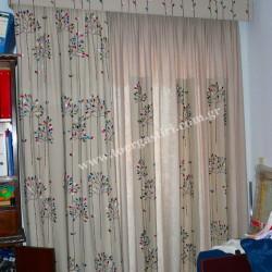 Κουρτίνα απλικέ με custom κάλυμμα κορνίζας κεντημένο και γάζα εσωτερική με κομμάτια του ριντώ.