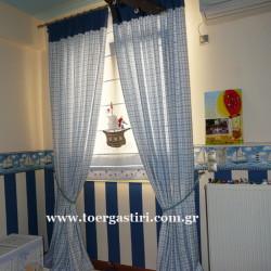 Παιδικό ρόμαν πλαισιωμένο με κουρτίνες με φάσα, ταπετσαρία και μπορνούρα τοίχου.