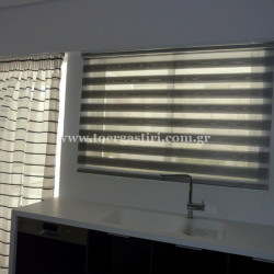 Συνδιασμός διπλού ρόλλερ σε παράθυρο κουζίνας, σε συνδιασμό με κουρτίνα στην ανοιγόμενη πόρτα.