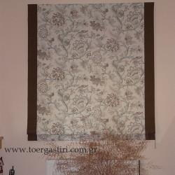 Κουρτίνα ρόμαν σε θέση πίνακα, με λουλούδια και φάσες.
