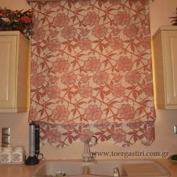 κουρτίνα ρόμαν με ανάγλυφα λουλούδια σε κούζινα.