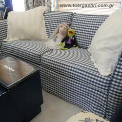 Κάλυμμα καναπέ με μπλε καρώ ύφασμα.