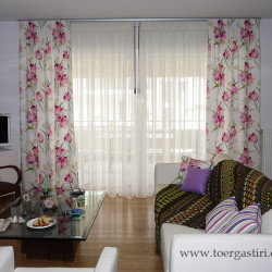 Κουρτίνα ριντώ με λουλούδια και κλασσικό βουάλ. Compose διακοσμητικά μαξιλαράκια στον καναπέ.