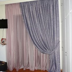 Κουρτίνα ροζ μωβ σε κρεβατοκάμαρα με δέσιμο στριφτάρι.