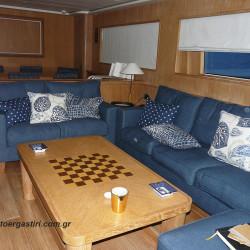 Καλύμματα καναπέ σε yacht, από μπλε λινό της Designers Guilt