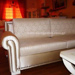 Μεταξωτή ταπετσαρία καναπέ, με κάλυμμα στα μαξιλάρια.