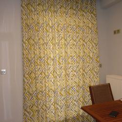 Κουρτίνα του οίκου prestigious με ρόμβους σε τόνους του γκρι και του κίτρινου, σε ραφή wave.